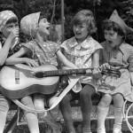 В нашем детстве друзья были не в online, а во дворе! Мы звали друзей гулять не по телефону, а кричал…
