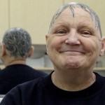 Самая необычная прическа для бабушки. Энн Макдональд, в возрасте 60 лет потеряла волосы из-за пробле…