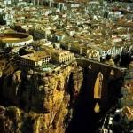 Город Ронда находится на высоте около 1000 метров и стоит по берегам ущелья 100-метровой глубины, Ис…