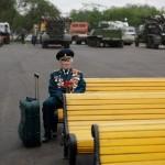 Ветеран войны из Беларуси Константин Пронин сидит на скамейке в парке Горького 9 мая 2011 года. Он н…