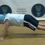 Семилетний киевлянин установил рекорд, отжавшись 4000 раз. Киевский семилетний школьник Андрей Коста…