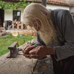 98-летний нищий, дедушка Добри из болгарской деревни Баилово, одетый в домотканные одежды и древние …