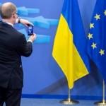 Арсений Яценюк фотографирует огромный кусок сала, чтобы потом выложить фото в свой instagram