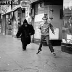 Рэпер Павел Техник бежит за фанатом рок-музыки, чтобы вручить свой новый альбом и «спайсы» по 500